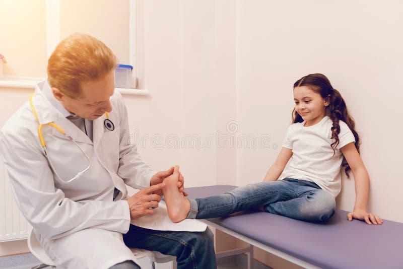 Сведущий терапевт рассматривая его маленького пациента стоковая фотография rf