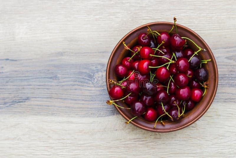 Свежая вишня на плите на деревянной серой предпосылке свежие зрелые вишни E Шар сладких вишен стоковая фотография rf
