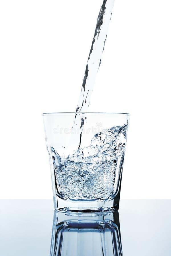 Свежая вода заполняя стекло стоковые изображения