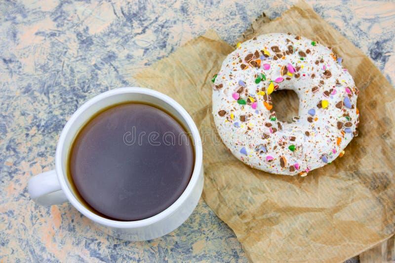 свежая горячая кофейная чашка и сладкий донут стоковые изображения