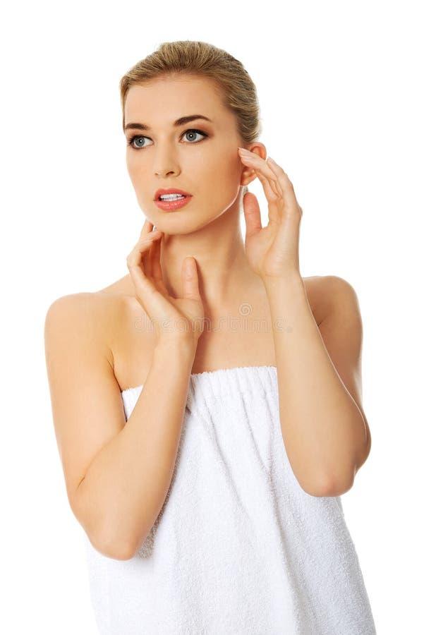 Свежая женщина в полотенце стоковое изображение rf