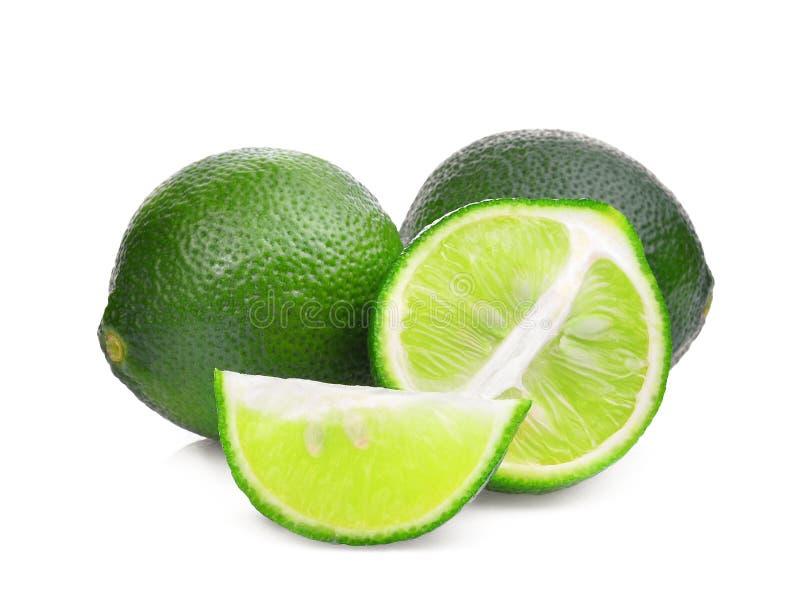 Свежая зеленая известка с половиной и кусок изолированный на белизне стоковое фото