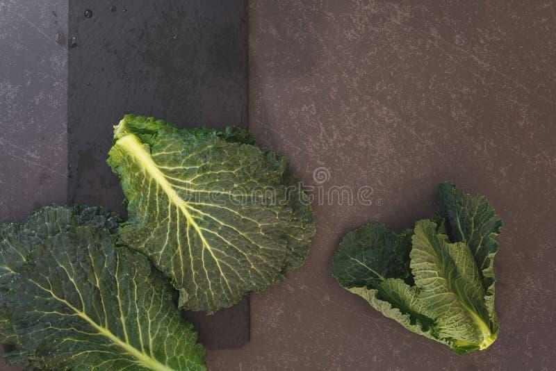 Свежая зеленая листовая капуста на темной поверхности стоковые изображения rf