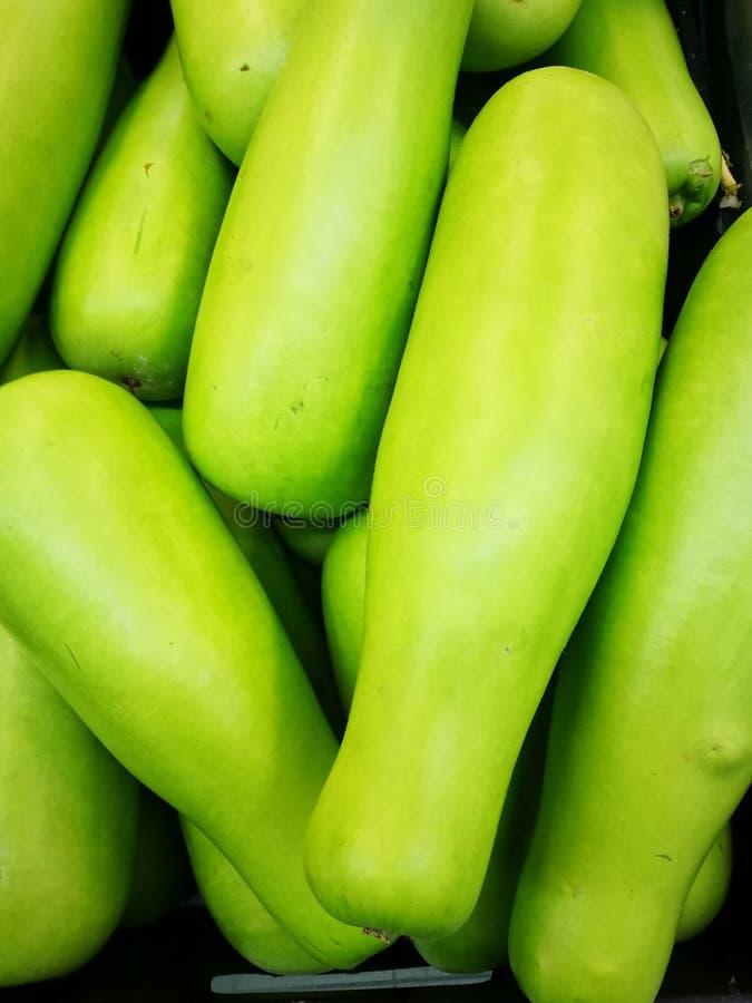 Свежая зеленая тыква сердцевины в супермаркете стоковые фотографии rf