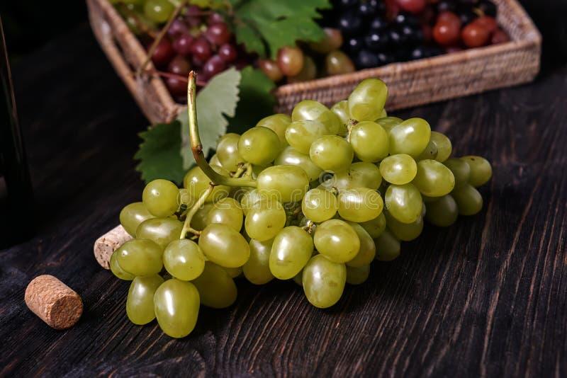 Свежая зрелая виноградина на деревянном столе стоковое фото