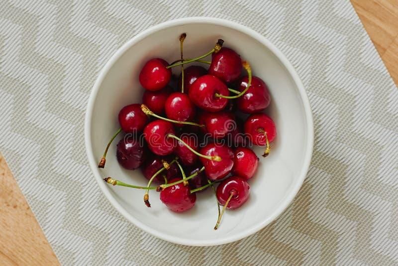 Свежая, зрелая, сладостная вишня в шаре стоковое изображение