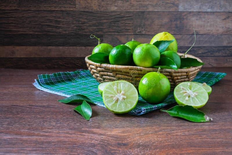 Свежая известка в зеленой корзине стоковая фотография