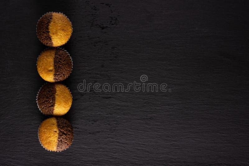 Свежая испеченная мраморная булочка на сером камне стоковое фото