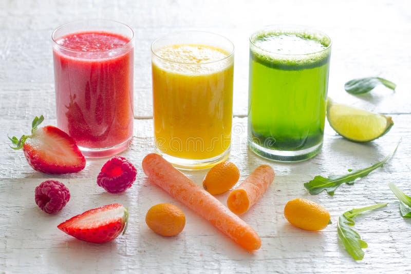 Свежая концепция образа жизни диеты здоровья вытрезвителя фруктов и овощей соков стоковое изображение
