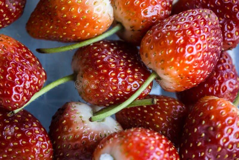 Свежая красная очищенная клубника подготавливает съесть в концепции свежих продуктов рынка стоковые изображения