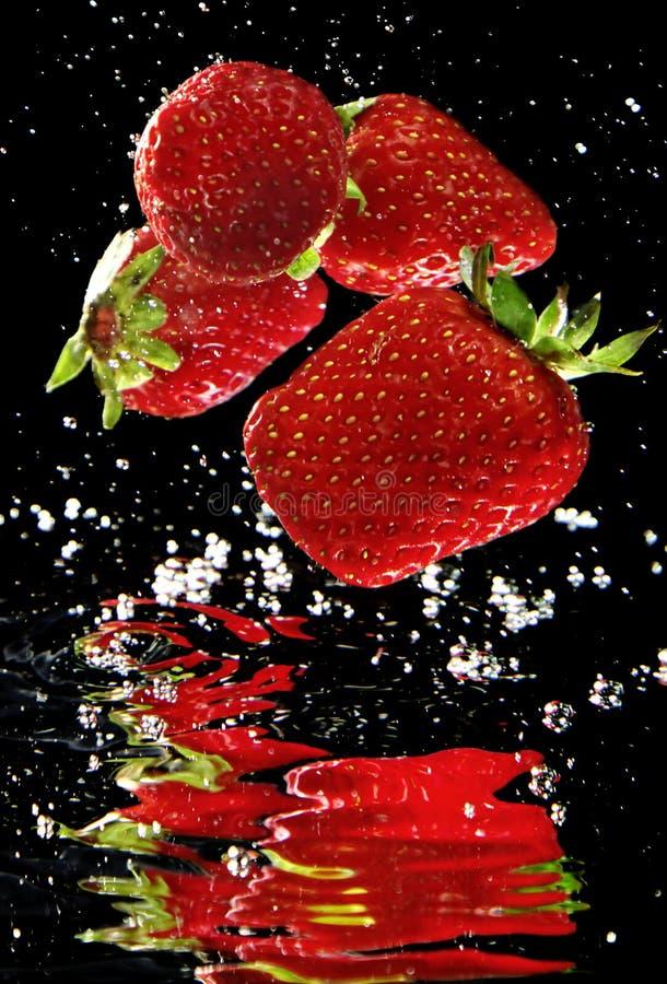 Download Свежая клубника в воде стоковое изображение. изображение насчитывающей падение - 33731181
