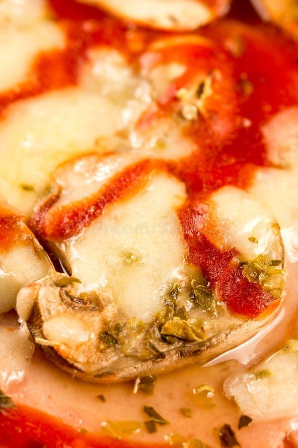 Свежая макроса крупного плана испеченная вокруг пиццы с томатным соусом ветчины сыра величает стоковая фотография rf