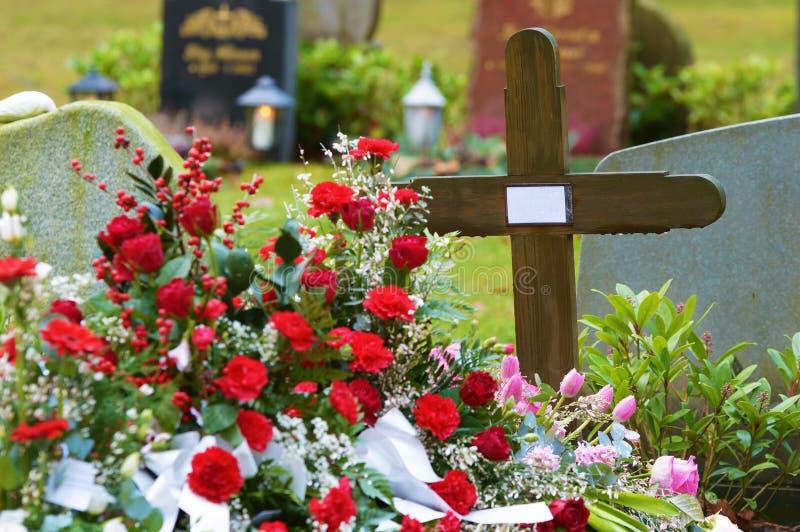 свежая могила стоковая фотография rf