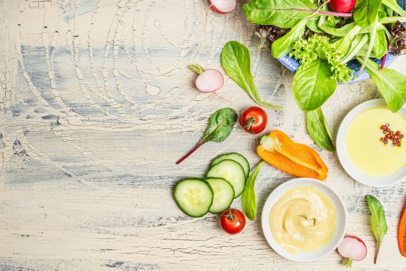 Свежая органическая подготовка зеленого салата с маслом и ингридиентами одевать на светлой деревенской предпосылке, взгляд сверху стоковые фото