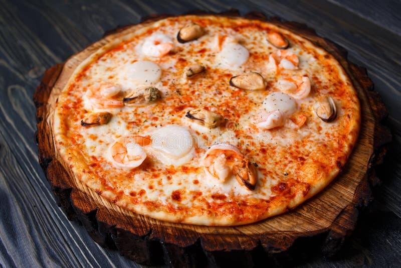 Свежая очень вкусная пицца морепродуктов с креветками и мидиями служила дальше стоковое изображение rf