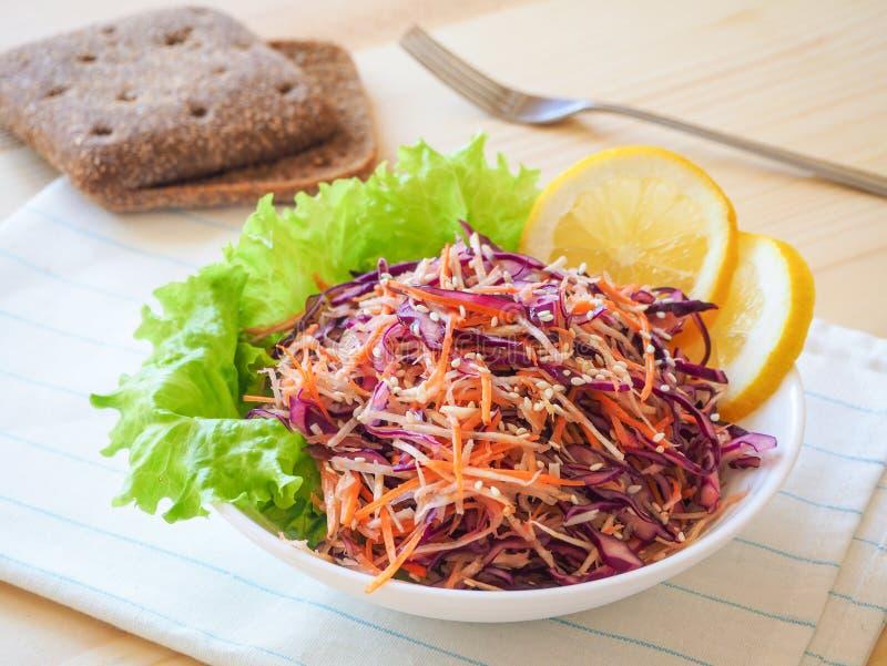 Свежая плита салата с смешанным сельдереем корней, морковью, красной капустой на светлом деревянном конце предпосылки вверх еда з стоковые фотографии rf