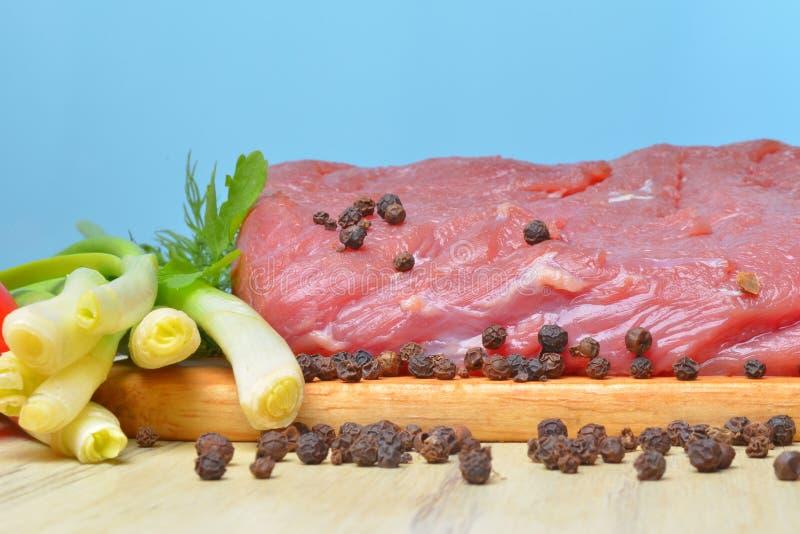Свежая сырцовая часть мяса лежит на классн классном кухни стоковые изображения