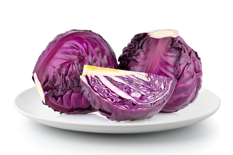 Свежая фиолетовая капуста в плите изолированной на белой предпосылке стоковое фото rf