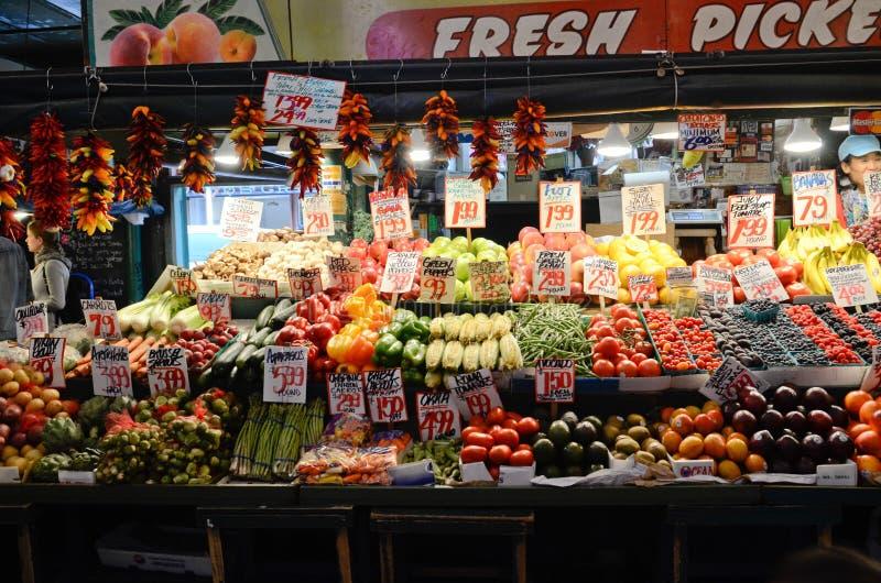 Свежая фруктовая лавка на открытом рынке места Pike в Сиэтл стоковые фото