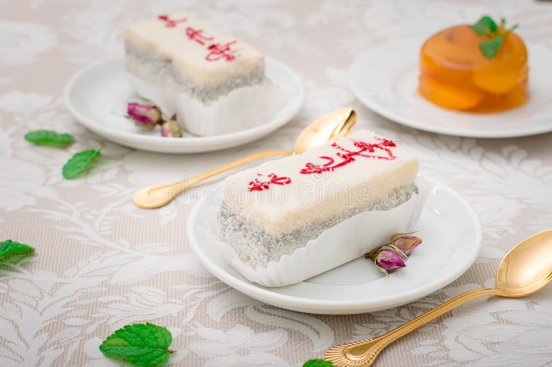 Свежая часть торта сливк кокоса на белой плите с взбитой сливк и персик превращать Белая предпосылка Взгляд сверху стоковая фотография