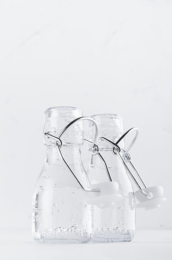 Свежая элегантная современная белая предпосылка лета - бутылка 2 с минеральной водой в интерьере мягкого света стоковые изображения