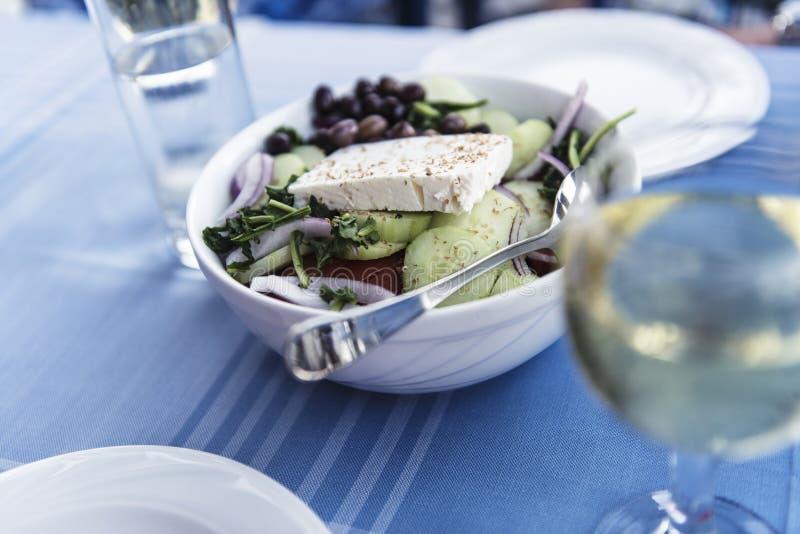 Свежее греческое salat на плите стоковые изображения rf
