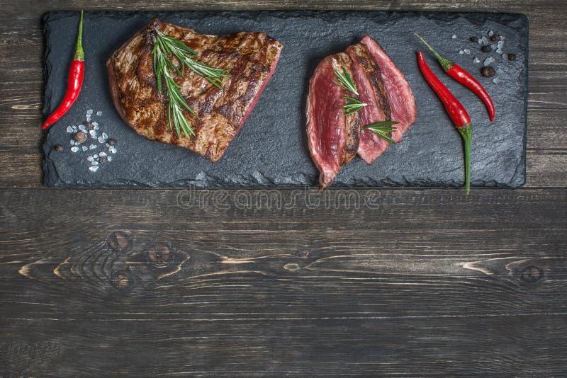 Свежее зажаренное мясо Зажаренное редкое средства стейка говядины на деревянной разделочной доске Взгляд сверху стоковые фотографии rf