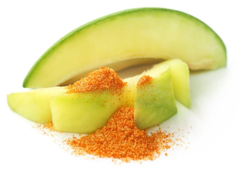 Свежее зеленое манго с солью таблицы смешало с земным chili стоковое изображение rf