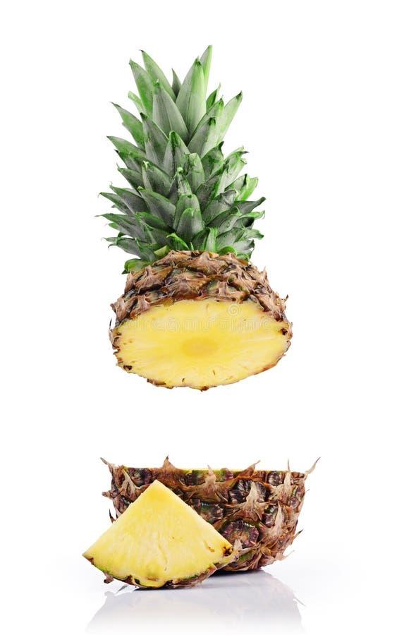 Свежее зрелое летание отрезало сочный ананас для здорового питания стоковая фотография