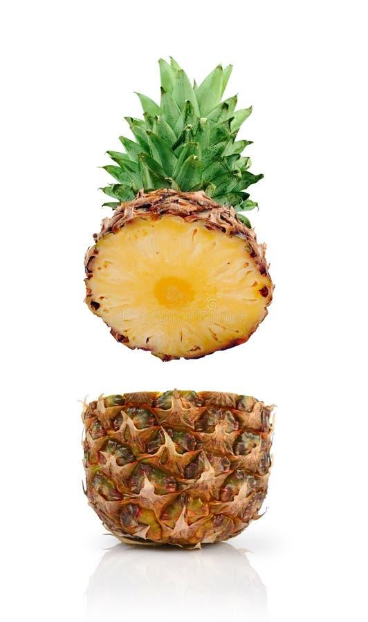 Свежее зрелое летание отрезало сочный ананас для здорового питания стоковая фотография rf
