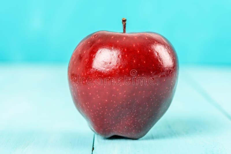 Свежее красно- очень вкусное Яблоко на таблице бирюзы стоковые изображения