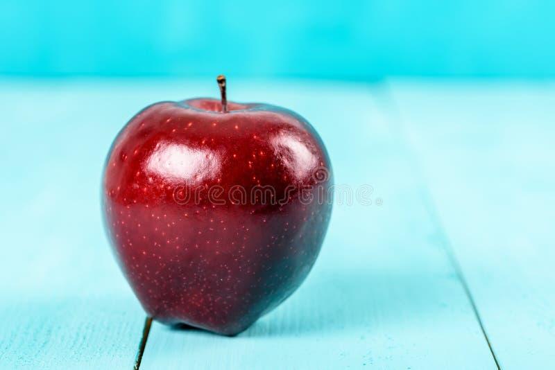 Свежее красно- очень вкусное Яблоко на таблице бирюзы стоковое фото