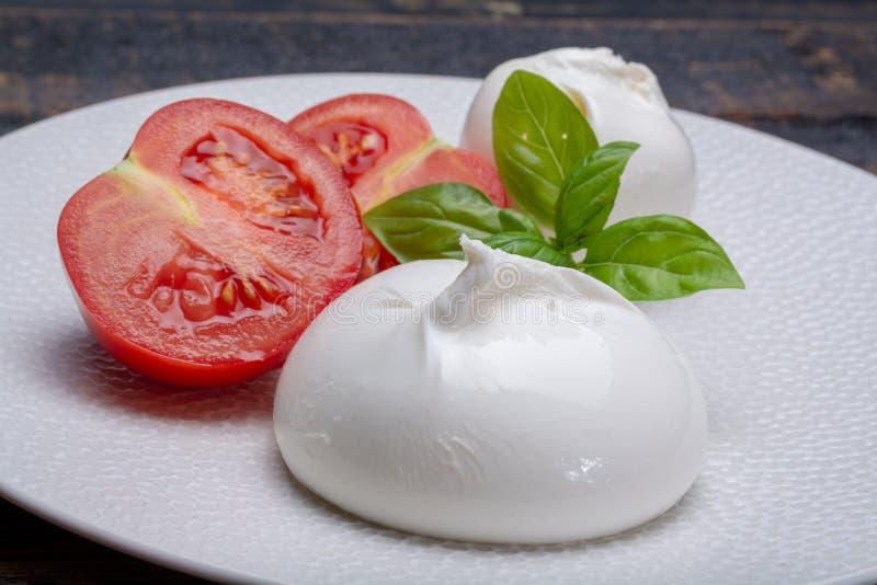 Свежее мягкое белое burrata, сыр шарика маслянистый, сделанный от смешивания o стоковые изображения rf