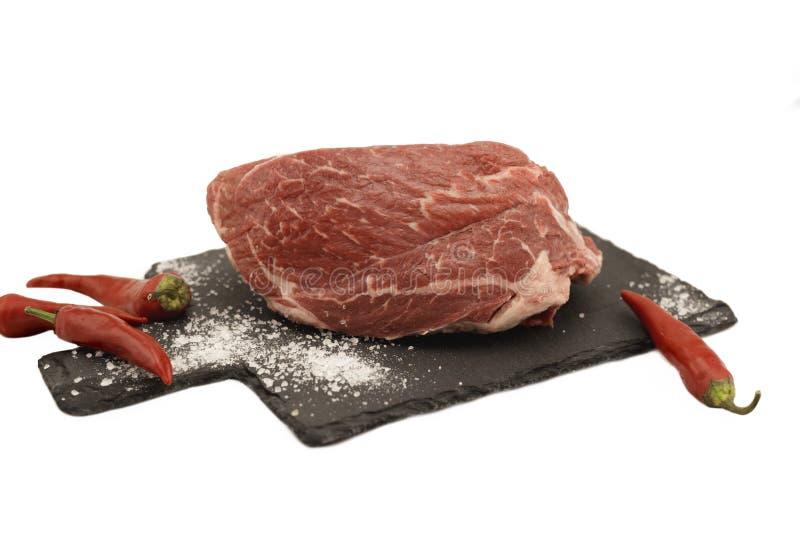 Свежее мясо на разделочной доске с ножом и солью Изолированный предмет стоковые изображения rf