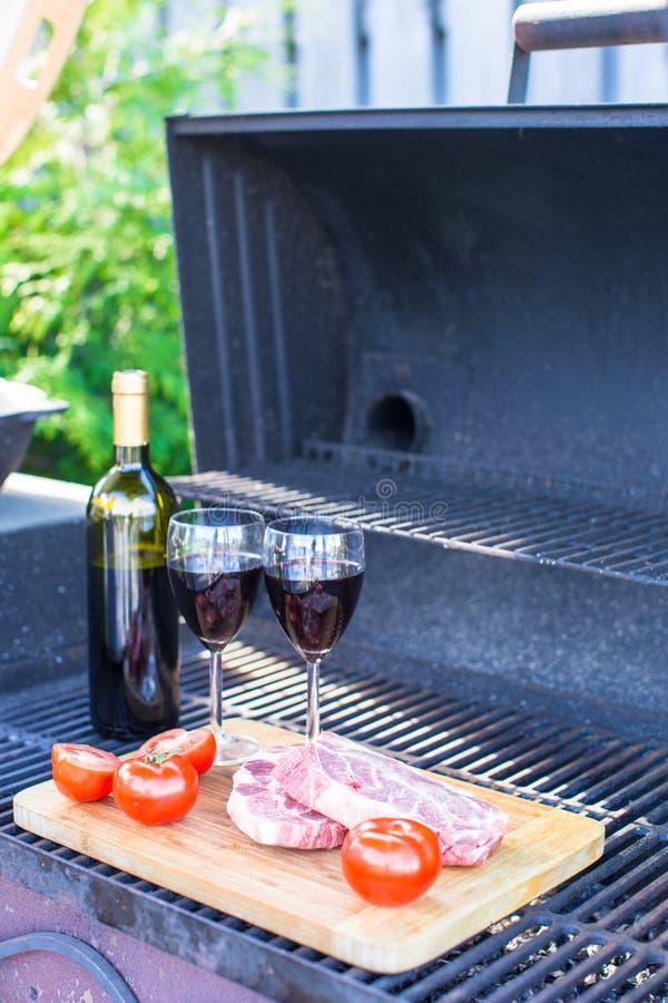 Download Свежее мясо, овощи и бутылка вина на пикнике Outdoors Стоковое Фото - изображение насчитывающей аппетитные, alchemy: 40587020