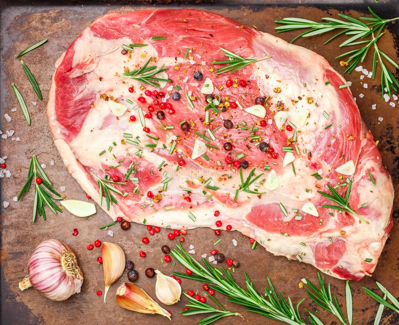 Свежее мясо Сырцовое плечо овечки готовое для печь стоковое изображение