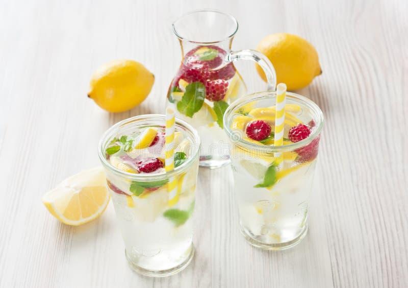 Свежее питье воды лимона и поленики стоковое фото