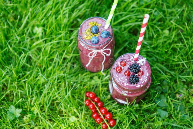 Download Свежее питье Smoothie с различными ягодами как здоровый завтрак Стоковое Фото - изображение насчитывающей питье, освежение: 37925318
