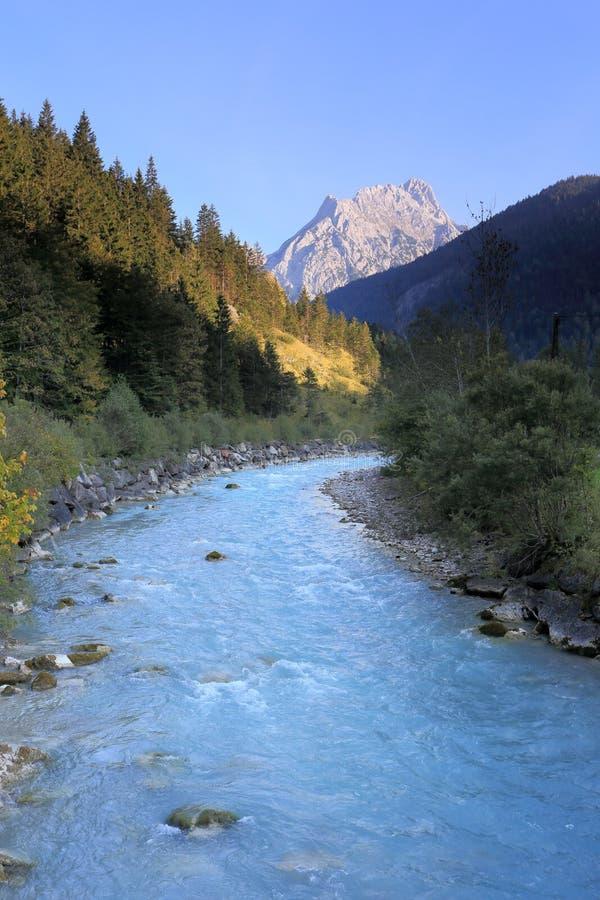 Свежее река горы на заходе солнца стоковое изображение rf