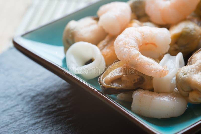 Свежее смешивание сырцовых морепродуктов мидий и кальмара креветок на служении pla стоковая фотография rf
