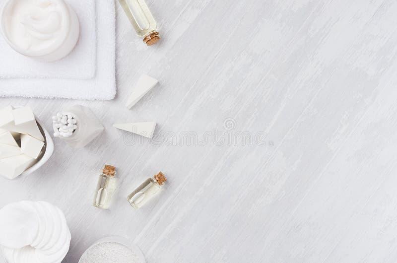Свежее собрание косметик курорта заботы тела и кожи и естественные аксессуары ванны на белой деревянной предпосылке, взгляд сверх стоковое изображение