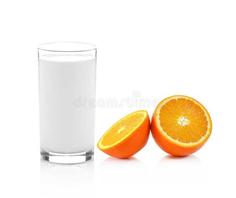 Свежее стекло молока и половина сочного апельсина изолированная на белом b стоковые фото