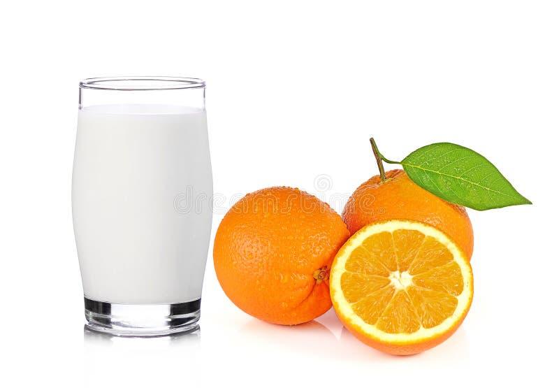 Свежее стекло молока и половина сочного апельсина изолированная на белом b стоковая фотография