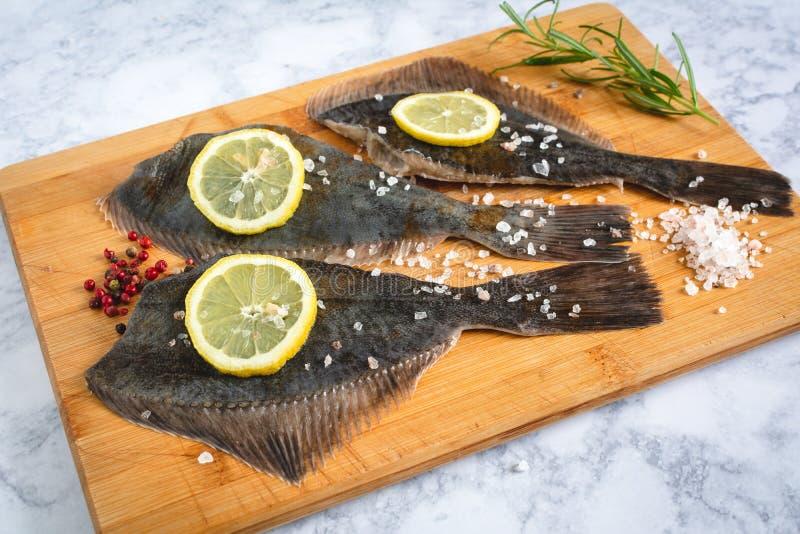 Свежее сырое барахтается рыбы стоковые изображения