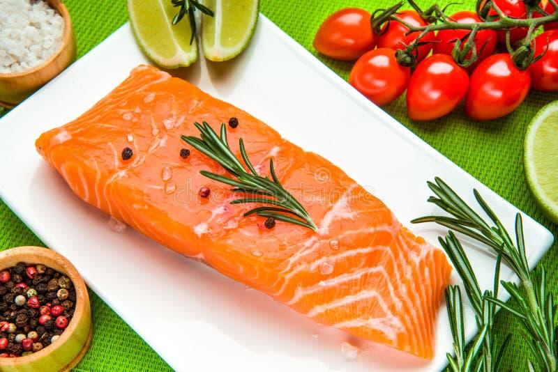 Свежее сырцовое salmon филе с ароматичными травами, специями стоковая фотография rf