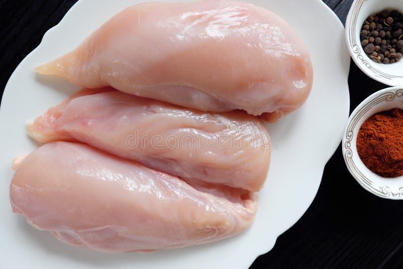 Свежее филе цыпленка розово на плите с специями стоковое фото