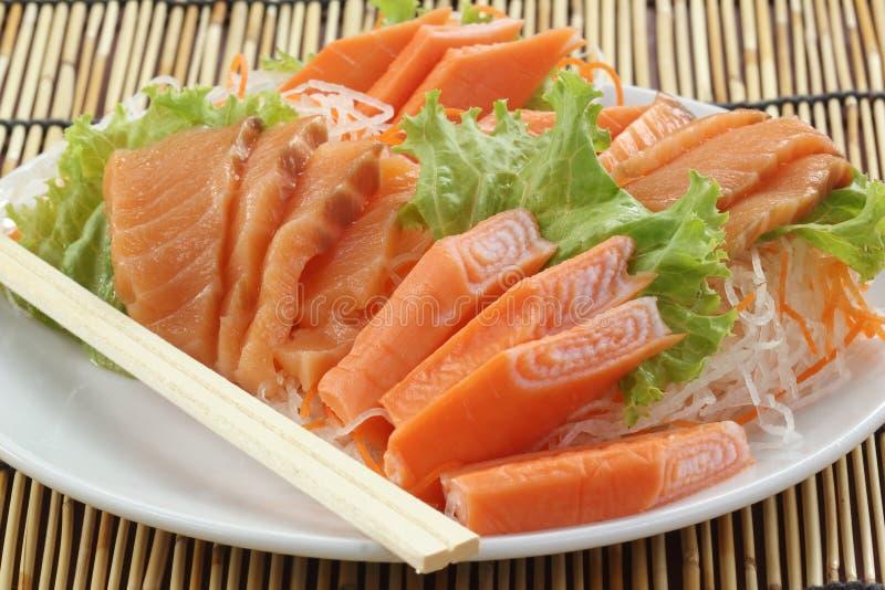 Свежее Salmon seshimi установленное на плиту стоковое изображение rf