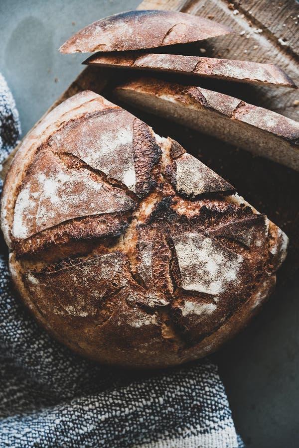 Свежеиспеченный хлеб из натурального сырья на деревянной доске, близкРстоковое фото rf