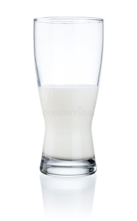 свежей стеклянной изолированная половиной белизна молока стоковые изображения rf