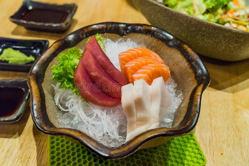 Свежей японской, семги Hirame и тунец отрезанные едой комплект сасими стоковые фото